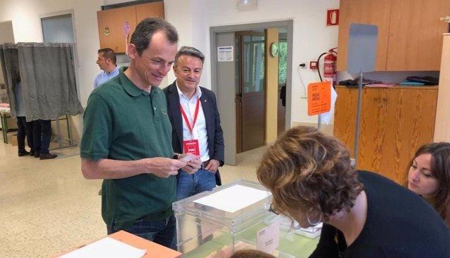 28A.- Pedro Duque Vota En La Localidad Alicantina De Jávea