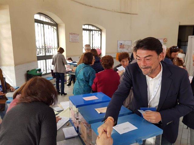 Luis Barcala destaca la normalidad en la que se están desarrollando las votaciones en Alicante
