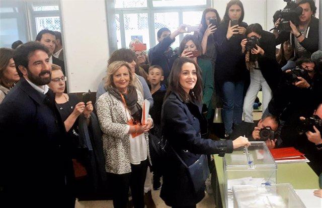 """VIDEO: Una integrante de la mesa electoral niega el saludo a Arrimadas: """"Es un e"""