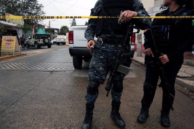 Policías cerca de un restaurante en Tlaquepaque, en México)
