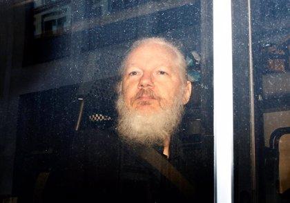 El padre de Assange acusa al Gobierno de Ecuador de utilizar a su hijo a cambio de un préstamo del FMI