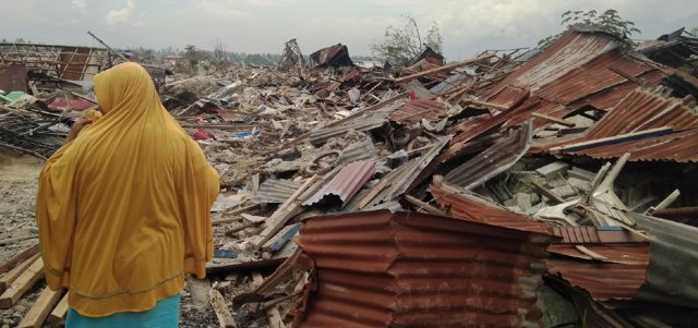 Destrozos tras el tsunami de Indonesia