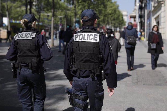 Policías patrullando los Campos Elíseos