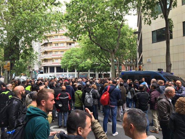 Uns 200 treballadors de Nissan Barcelona es concentren davant la seu de Treball