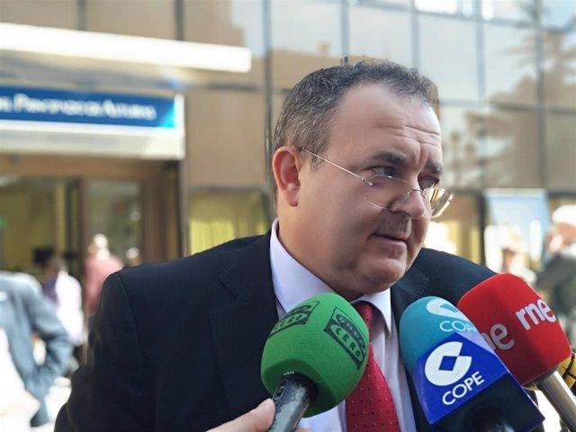 El consejero de Empleo, Industria y Turismo  Isaac Pola, atiende a los medios en Oviedo