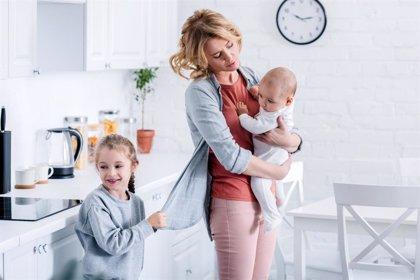 La carga mental de las madres: compartida pesa menos