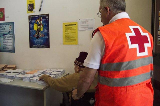 Córdoba.- 28A.- Cruz Roja acompaña a votar a una treintena de personas mayores solas o con movilidad reducida