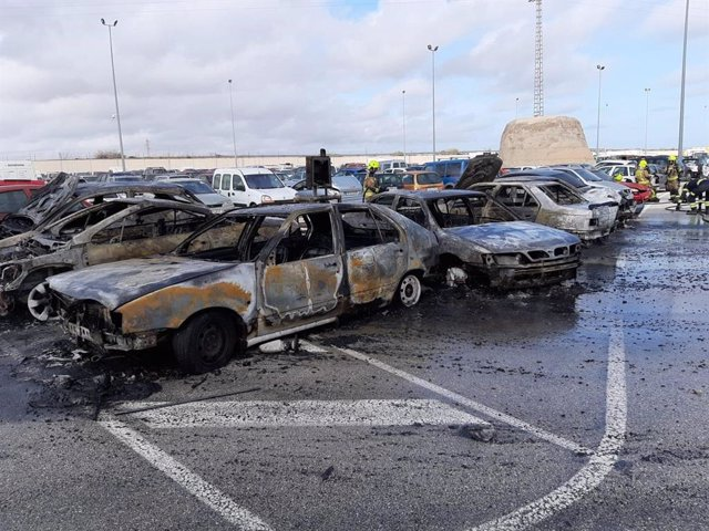 Alicante.- Sucesos.- Un incendio afecta a siete coches en el depósito de vehículos de la Policía Local