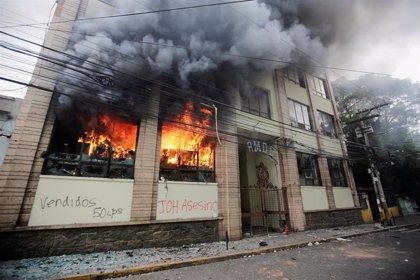 Varios edificios incendiados durante una jornada de protestas en Honduras