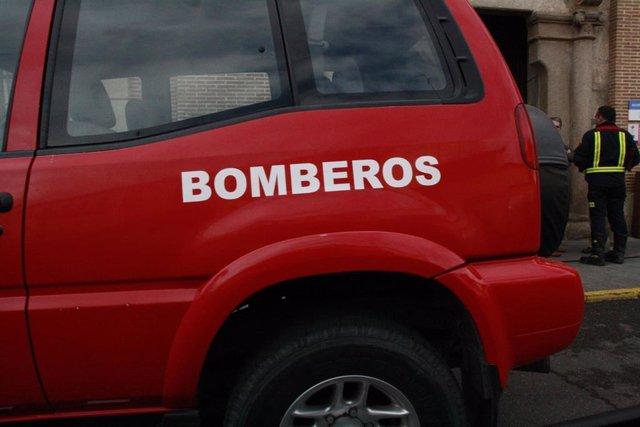 AMP.- Bomberos rescatan a una persona en un piso en el que se había declarado un incendio en Villaluenga (Toledo)
