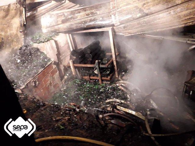 Sucesos.- El fuego calcina un tendejón adosado a una vivienda en Argañoso (Villaviciosa)