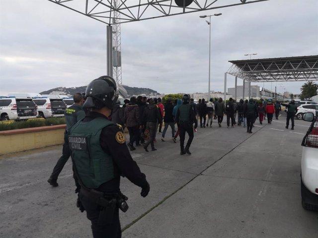 La Guardia Civil intercepta a casi un centenar de migrantes en el Puerto de Ceuta, 39 de ellos menores