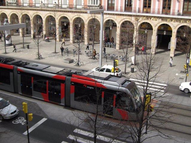 Tranvía a su paso por el Paseo de la Independencia de Zaragoza