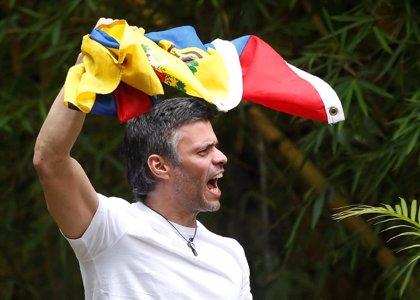 El opositor venezolano Leopoldo López es liberado de su arresto domiciliario por militares opositores