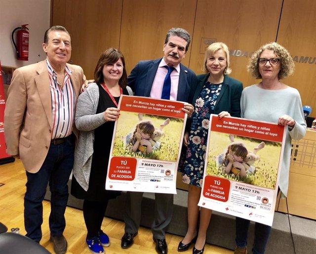 Presentación de la campaña 'En Familia, por Derecho' de la Comunidad y Cruz Roja
