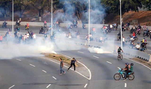 Venezuela.- Uniformados leales a Maduro lanzan gases lacrimógenos contra el lugar donde se concentra Guaidó