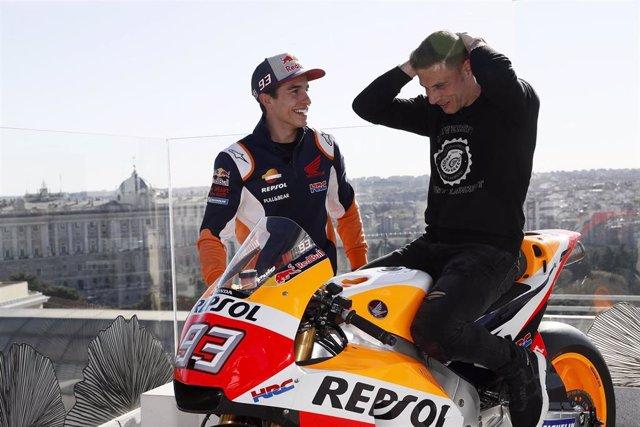 Márquez le enseña su Honda a Joaquín