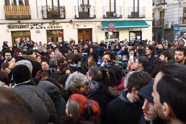 Activistas de la plataforma 'Stop Desahucios' se manifiestan en la calle Argumosa de Madrid ante la previsión de varios desahucios