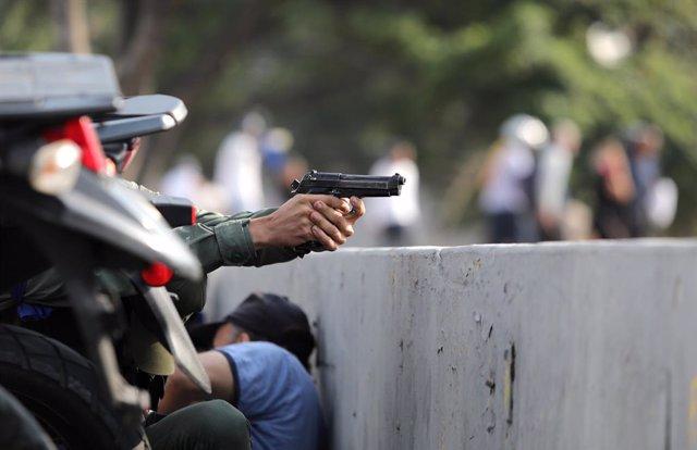 """Venezuela.- Registrados disparos cerca de la base aérea donde Guaidó ha anunciado la """"fase final"""" contra Maduro"""
