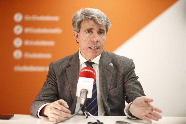 El expresidente de la Comunidad de Madrid, Ángel Garrido, posa en la sede de su nuevo partido, Ciudadanos