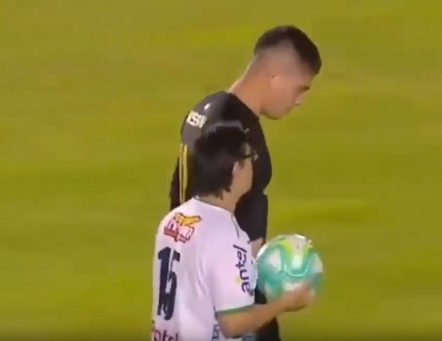 El emocionante y aplaudido gesto de un portero uruguayo con un hincha del equipo rival