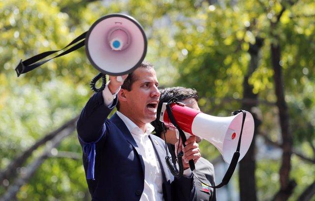 Juan Guaidó se dirige a una multitud en Caracas