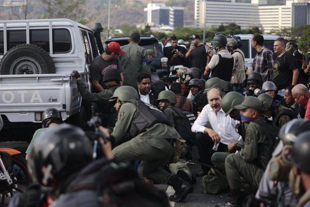 """El CONATEL cierra las instalaciones de Radio Caracas Radio tras el estallido del intento de """"golpe de Estado"""""""