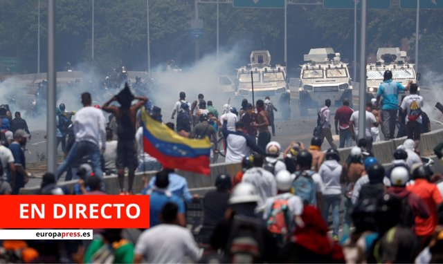 Manifestantes a favor de Guaidó se enfrentan a vehículos militares en Caracas