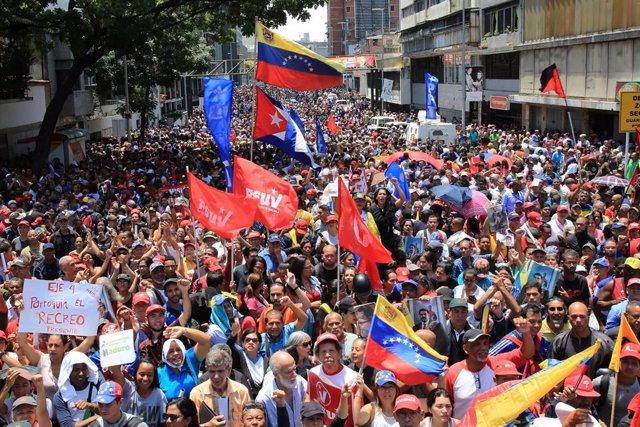 Venezuela.- Los 'chavistas' dan la réplica a Guaidó u se concentran en torno al Palacio de Miraflores