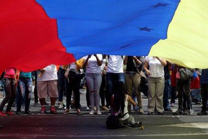 Miles de venezolanos atienden los llamamientos de Guaidó y Maduro para tomar las calles del país
