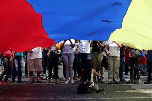 Venezuela.- Miles de venezolanos atienden los llamamientos de Guaidó y Maduro para tomar la calle