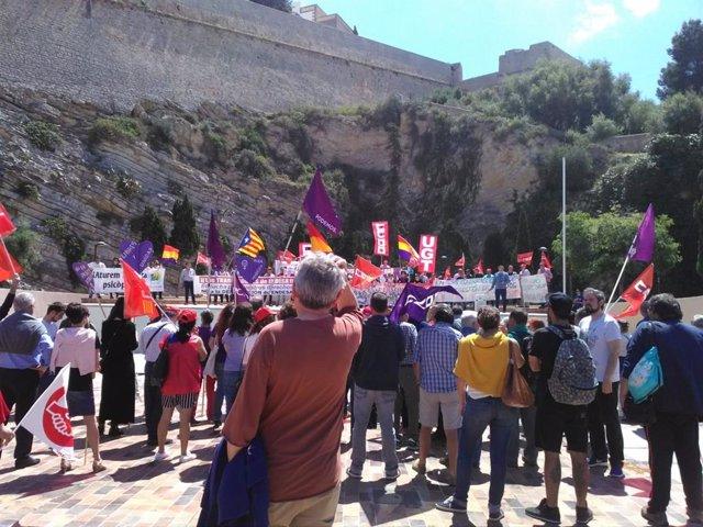 Unas 250 personas participan en Ibiza en la manifestación del 1 de mayo y exigen a Sánchez que no pacte con Rivera