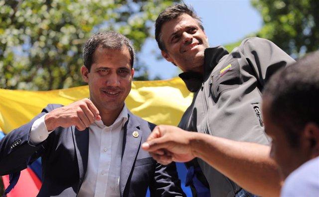 Juan Guaidó y Leopoldo López se dirigen a los manifestantes en Caracas