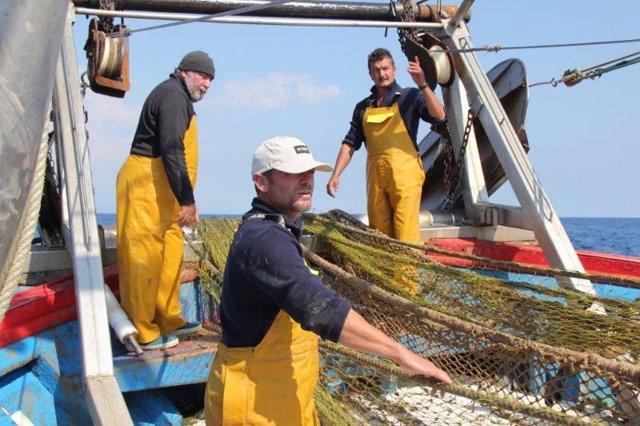 Los pescadores españoles 'a la caza' de redes a la deriva y otras basuras marinas para reciclarlas en fibras textiles
