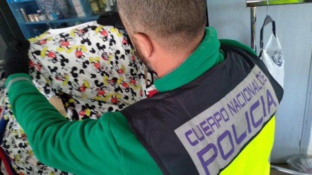 Málaga.- Sucesos.- La Policía Nacional se incauta de 2.820 efectos falsificados y detiene a cinco personas