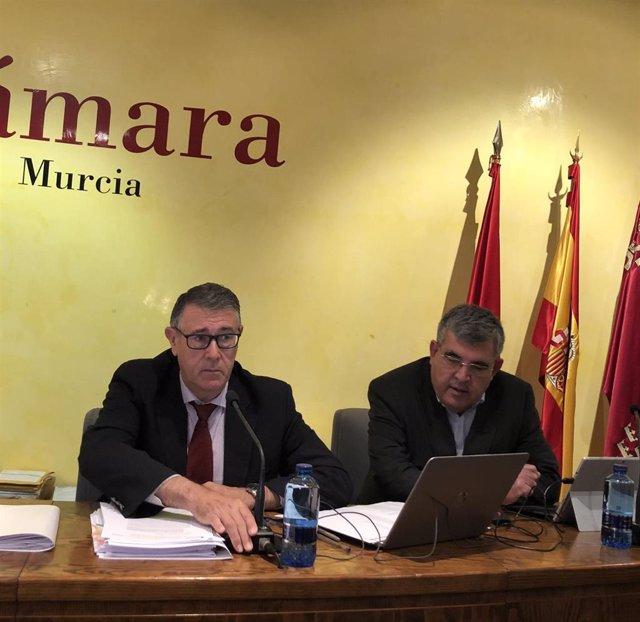 El presidente de la CHS, Mario Urrea, acude a la apertura de plicas con las peticiones de agua desalada