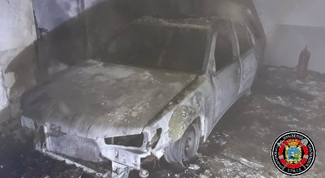 Ocho personas afectadas por inhalar humo en el incendio de un coche en un garaje de El Alisal