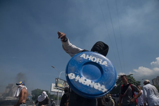 Demonstrators clash with Maduro forces in Caracas