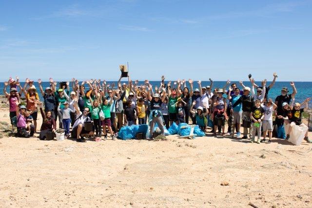 Voluntaris del GOB participen en la jornada de neteja del tram de litoral entre Son Serra de Marina i Són Real