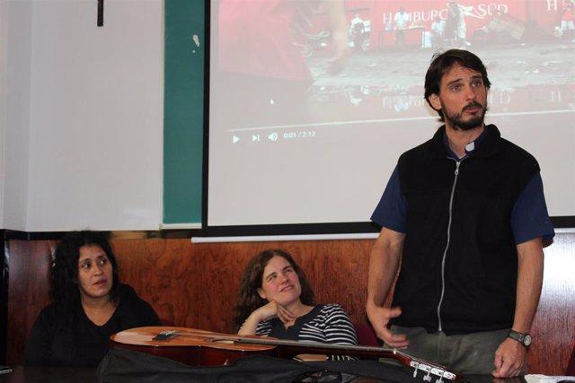 Un cura explica en la UAO CEU la situación en las 'villas' argentinas