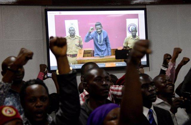 Uganda.- En libertad bajo fianza el cantante y diputado opositor ugandés Bobi Wine