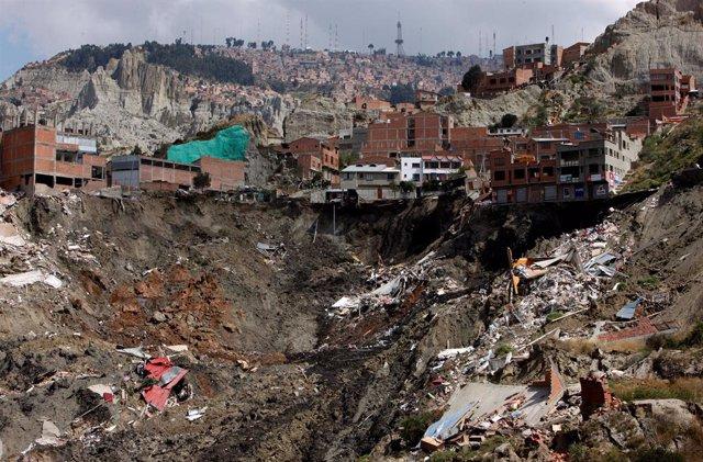 Tres desaparecidos y 66 viviendas colapsadas tras un deslizamiento de tierra en La Paz (Bolivia)