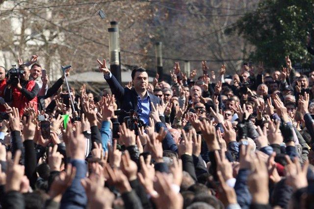 Albania.- La oposición en Albania pide elecciones anticipadas respaldada por protestas a las puertas del Parlamento