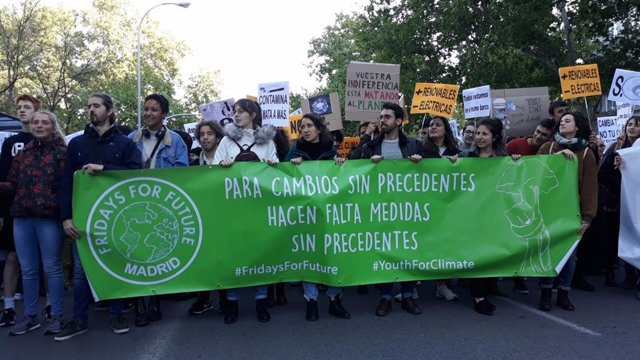"""Un millar de personas grita frente al Congreso """"sin planeta no hay futuro"""" para reclamar """"medidas políticas"""""""