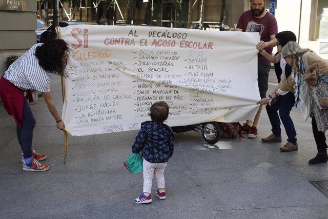 Manifestación de asociaciones contra el acoso escolar frente al Congreso de los Diputados