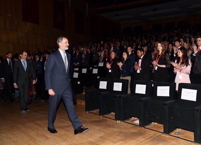 """VÍDEO: El Rey insta a los jóvenes a involucrarse en la vida política para """"cambiar y mejorar el mundo"""""""