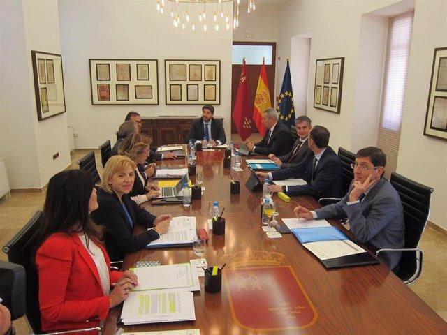 Los miembros del Gobierno regional se reúnen de forma excepcional en la sala histórica del Consejo tras su remodelación