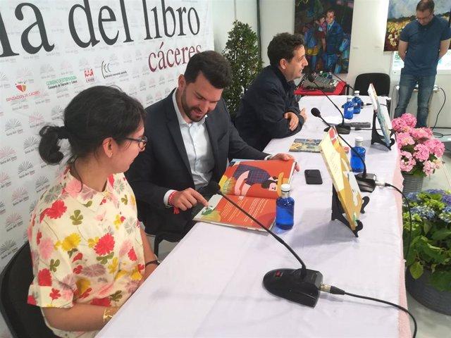 La Diputación de Cáceres publica dos nuevos volúmenes bilingües de 'El pico de la cigüeña'