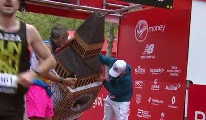 Un hombre corre la Maratón de Londres disfrazado de Big Ben pero... no cabe por la meta