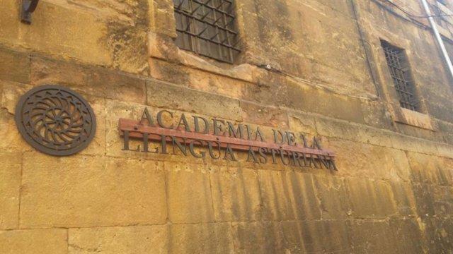 """L'Academia felicita al Principáu pol """"valir simbólicu"""" d'aprobar la toponimia tradicional de la capital d'Asturies"""